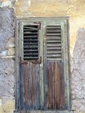 Деревянные штарки окна на историческом доме Plaka, Афинах, Греции Стоковое Изображение RF