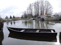 Деревянные шлюпка и корабли, Литва стоковая фотография rf