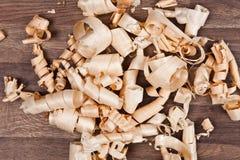 Деревянные щепки (shavings) на деревянной поверхности Стоковая Фотография