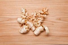 Деревянные щепки (shavings) на деревянной поверхности Стоковое Фото