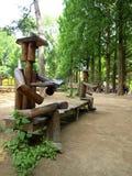 Деревянные люди в саде Стоковая Фотография