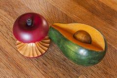 Деревянные Яблоко и авокадо Стоковое фото RF