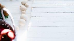 Деревянные яичка на белой предпосылке 2 всех пасхального яйца принципиальной схемы цыпленока ведра цветут детеныши покрашенные тр Стоковая Фотография RF