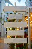 Деревянные ярлыки для рекламы или объявления, Signage кофейни Элегантный деревянный дизайн стоковая фотография