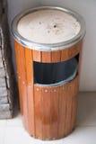 Деревянные ящики и ashtrays перед туалетом Стоковое фото RF