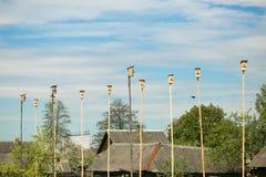 Деревянные birdhouses коробок вложенности на общежитии ` s птицы голубого неба Много дома птицы на одном дереве Принципиальная сх Стоковое фото RF