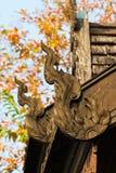 Деревянные carvings украшают крышу. Стоковые Изображения RF