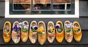 Деревянные clogs с цветками Стоковое фото RF