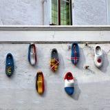 Деревянные sabots с изображением флагов мира на белом wa стоковые изображения