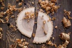 Деревянные shavings и Ashen поперечное сечение дерева на конце верстака плотника вверх: концепция woodworking и плотничества стоковое изображение