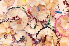Деревянные shavings карандаша на предпосылке белой бумаги стоковые фотографии rf
