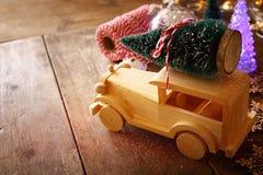 Деревянный автомобиль нося рождественскую елку верхний слой яркого блеска Стоковая Фотография RF