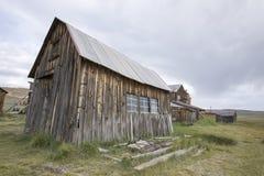 Деревянный амбар в поле, Bodie, Калифорнии Стоковые Фотографии RF