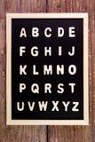 Деревянный английский алфавит ОТ НАЧАЛА ДО КОНЦА на классн классном таблица поля глубины отмелая деревянная Стоковое Фото