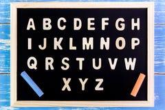 Деревянный английский алфавит ОТ НАЧАЛА ДО КОНЦА на классн классном таблица поля глубины отмелая деревянная Стоковые Изображения RF