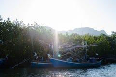 Деревянный анкер рыбацкой лодки на море получает готовым для трала вокруг этого Стоковое Изображение RF