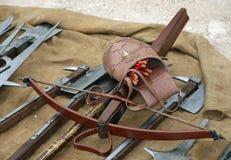 Деревянный арбалет с стрелками и другим старым и средневековым weapo Стоковые Изображения RF