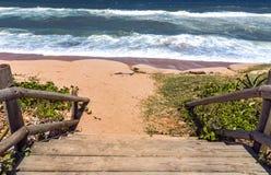 Деревянный барьер поляка на ландшафте моря входа пляжа Стоковая Фотография RF