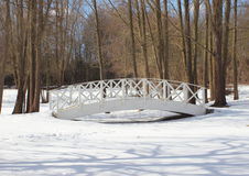 Деревянный белый мост над снежной, который замерли водой Стоковая Фотография RF