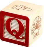 Деревянный блок письма при изолированное письмо q - Стоковые Изображения