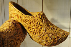 Деревянный ботинок с картиной скульптуры стоковая фотография rf