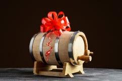 Деревянный бочонок для вина со смычком стоковое изображение rf