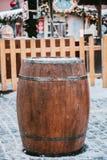 Деревянный бочонок используемый как таблица на предпосылке деревянной загородки и украшений рождества стоковые фото