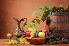 Деревянный бочонок и свежие фрукты Стоковые Изображения RF
