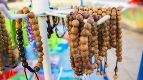Деревянный браслет вися на магазине продавца в jawa karimun стоковое фото