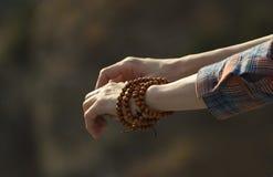 Деревянный браслет на женской руке стоковое изображение