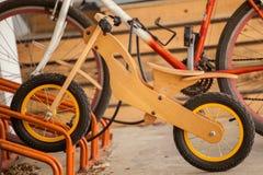 Деревянный велосипед на автостоянке велосипеда Стоковые Изображения RF