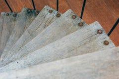Деревянный взгляд сверху винтовой лестницы стоковые фото