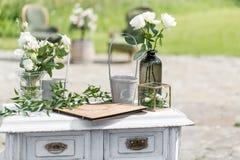 Деревянный винтажный дрессер, с украшением цветка в саде напольно Селективный фокус Стоковые Фотографии RF