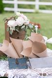 Деревянный винтажный дрессер, с украшением цветка в саде напольно Селективный фокус Стоковые Фото