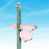 Деревянный винтажный шильдик на предпосылке голубого неба Стоковые Фото