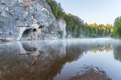 Деревянный висячий мост над рекой Стоковое Изображение RF