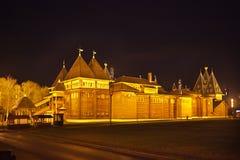 Деревянный дворец царя Alexei Mikhailovich в парке Kolomenskoye на ноче Стоковые Изображения RF