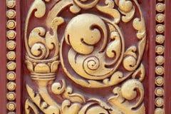 Деревянный высекаенный орнамент покрашенный в красной и золотом Высекать традиционного кхмера деревянный Историческая деталь мест Стоковая Фотография