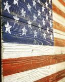 Деревянный высекать государственного флага США висит на стене Стоковая Фотография RF