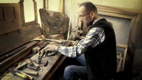 Деревянный высекать Гравер с зубилом и молотком видеоматериал