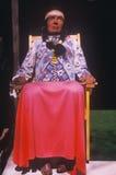 Деревянный высекать женщины коренного американца одел в реальных одеждах внутри ИЛИ Стоковые Изображения RF