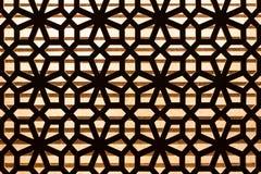 Деревянный высеките украшение картины на стене с освещением в предпосылке стоковое фото