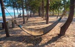 Деревянный гамак с песком на пляже стоковое фото