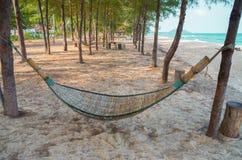 Деревянный гамак с песком на пляже Стоковое фото RF