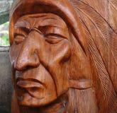 Деревянный головной индеец на предпосылке стены домашней Стоковое фото RF