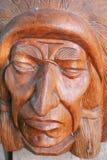 Деревянный головной индеец на предпосылке стены домашней Стоковые Фотографии RF