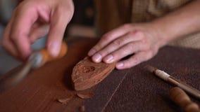 Деревянный гравер на работе в мастерской сток-видео