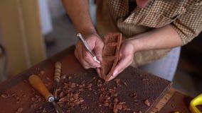 Деревянный гравер на работе в мастерской видеоматериал