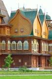 Деревянный дворец царя Aleksey Mikhailovich в реконструкции Kolomenskoe, Москвы, России Стоковое Изображение RF