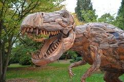Деревянный динозавр скульптуры стоковые изображения rf